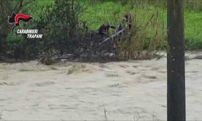 Castelvetrano. Uomo cade in un fiume, Il video del salvataggio
