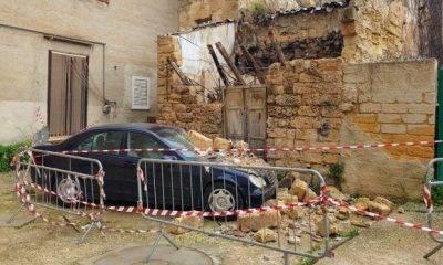 crolla casa disabitata in centro a Castelvetrano: danni a un'auto