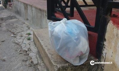 """I """"furbetti del sacchetto"""" in azione: lasciano i rifiuti davanti ad altre abitazioni"""