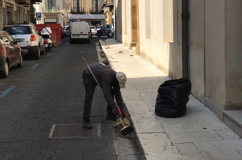 Bici e zainetto rubati a Collins, il migrante che ripulisce le strade di Castelvetrano