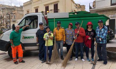 """Volontari di """"Pulisci Castelvetrano"""" e Dusty ripuliscono la Piazza Matteotti"""