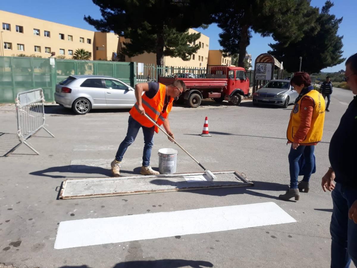 Il Lions di Castelvetrano realizza le strisce pedonali in collaborazione con l'Amministrazione Comunale