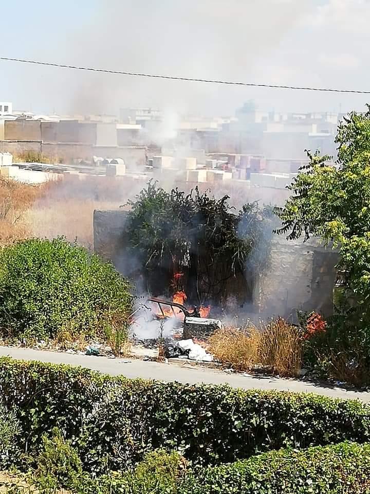 Castelvetrano, rifiuti in fiamme nella via Sapegno